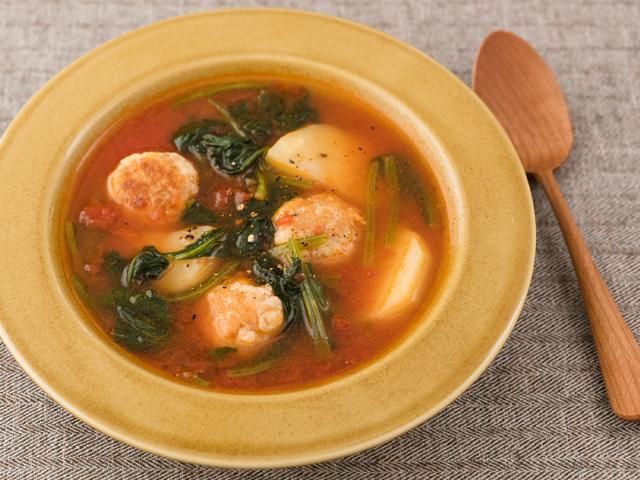 はんぺん鶏団子とじゃがいも、ほうれん草のトマトスープ